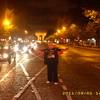 Paris bei Nacht im hintergrund arc de triomphe