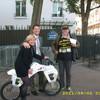 Richard vor der Deutschen Botschaft der Sachbearbeiterin und ihrem Vorgesetzten