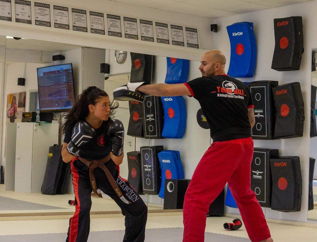 Coach Fabian Hili im Kickbox-Training