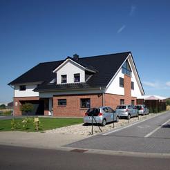 Wohnräume im Erdgeschoss und Geschäftsräume im Dachgeschoss.