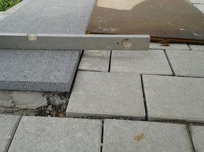 verlegte Betonplatten an die oberste Stufe einer Treppe
