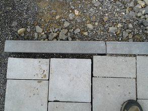 fehlender Abschluss von Betonpflastersteinen