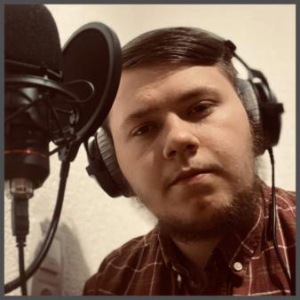 Aaron Breunig vor einem Mikrofon