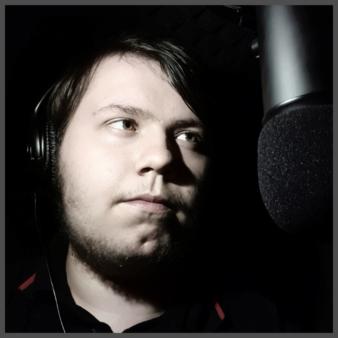 Aaron Breunig in seiner Aufnahmekabine vor einem Mikrofon