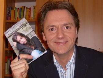 Hier ist ein Bild des Autors mit einem Exemplar des Buches.