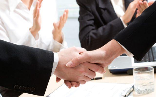 Hände schütteln Tarifvertrag PD Personaldienstleistungen GmbH