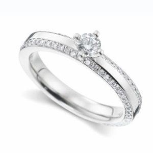 Trauring mit Diamanten besetzt