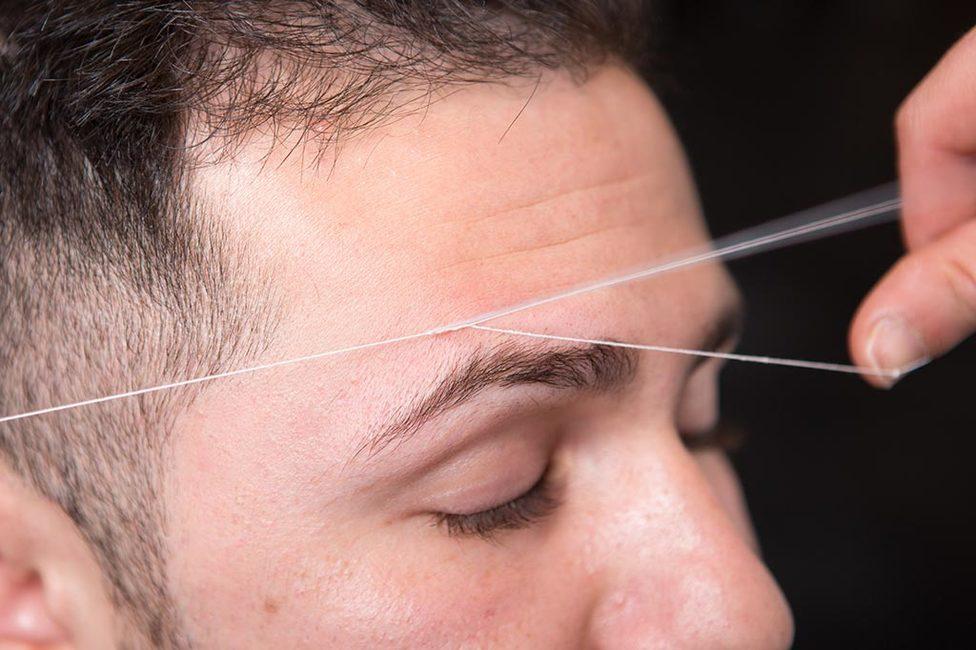 Augenbrauen mit Faden zupfen